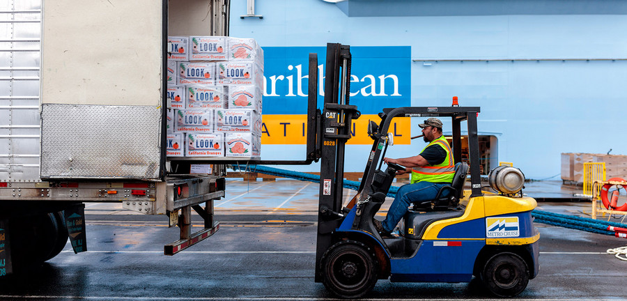 7:05 am – The ship is loaded with fresh food. The trucks drive up in a set sequence. Their goods are transferred immediately to designated places in the storerooms below deck. No pathways are to be obstructed. Photo: Porsche Consulting.