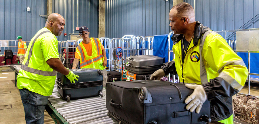 9:04 am – Around 10,000 pieces of luggage go through security and are brought on board. Photo: Porsche Consulting.