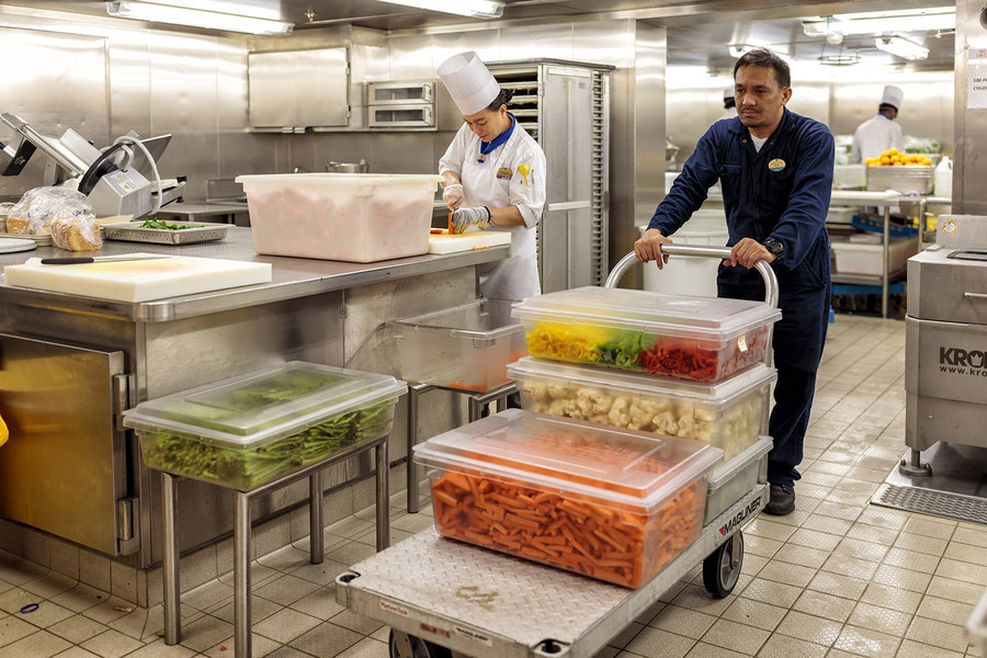 2:22 pm – The chefs no longer retrieve the ingredients they need from storerooms themselves, but instead send orders to logistics personnel who deliver them. This saves valuable time, and the chefs no longer have to interrupt their work. Photo: Porsche Consulting.