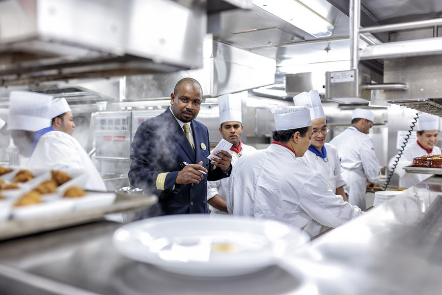 6:00 pm – Rush hour in the galley: when the restaurants open their doors for dinner, the cooks have a lot to do. But clear plans mean there's no need for commotion. Photo: Porsche Consulting.