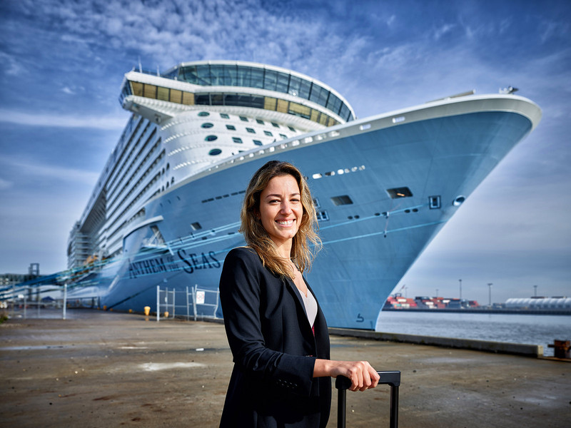 8:12 am – Porsche consultant Renate Fuchs from São Paulo boarded the Anthem of the Seas to optimize processes with the crew. Everyone's aim: the highest level of passenger satisfaction. Photo: Porsche Consulting.