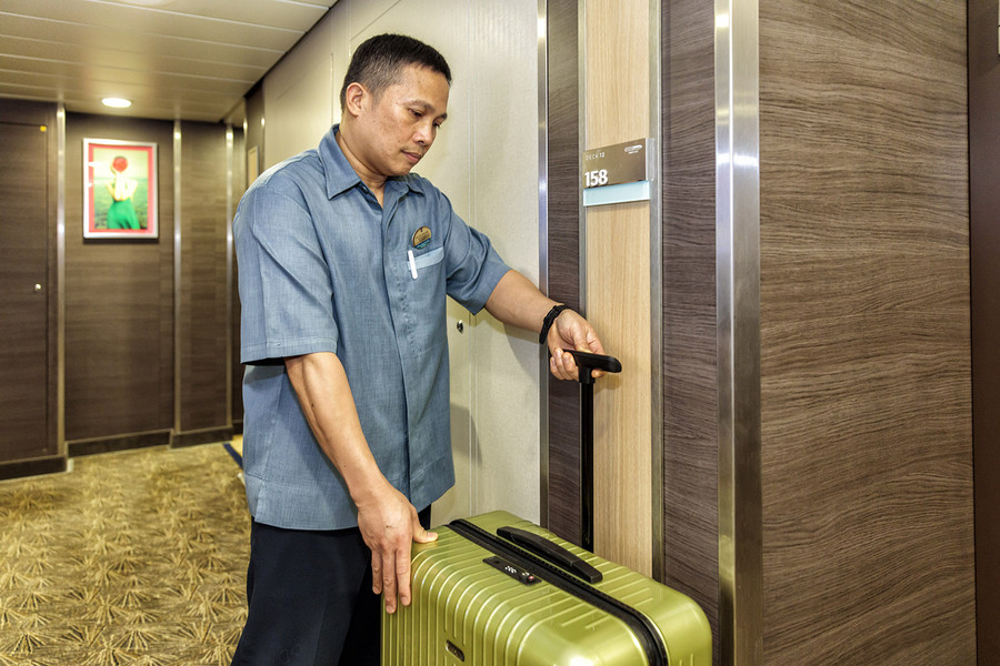 11:15 am – The stewards bring guests' luggage right to their cabins. Improvements to the process mean it now runs much faster than before. All the suitcases are with their owners by the time the ship sets off in the afternoon. Photo: Porsche Consulting.
