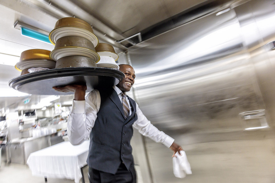 6:17 pm – Perfect service in tandem: an assistant waiter brings the dishes from the kitchen into the dining area. There the main waiter steps in, serves the tables, and can remain near the guests for further requests and service. Photo: Porsche Consulting.